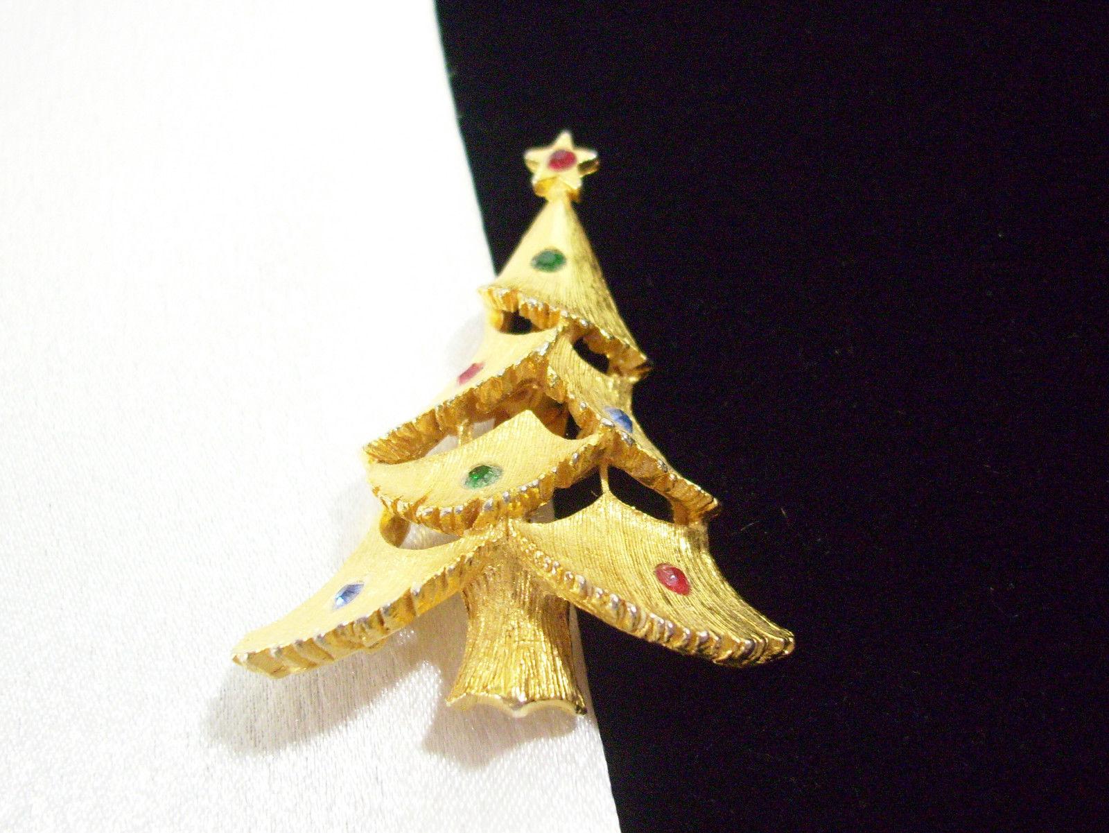 20a54bd34f0 JJ Xmas TREE Brooch Rhinestones MULTI Color Gold Plated Christmas Pin  Vintage