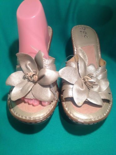 B.O.C. BORN CONCEPT 10M TAN/GOLD LEATHER SLIPON  FLOWER ACCENT SANDALS MRSP $97