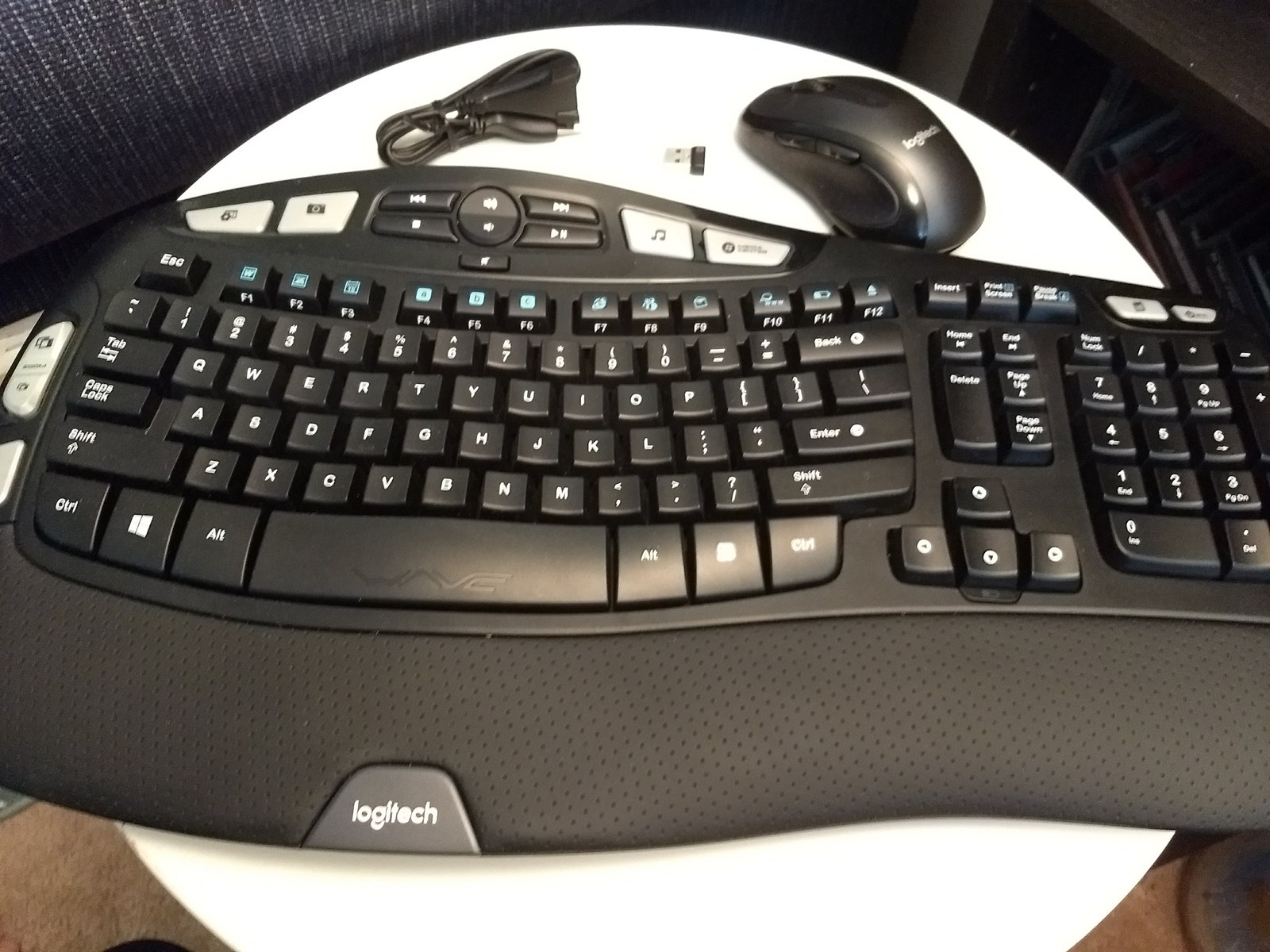 Logitech MK550 Comfort Wave Wireless Keyboard Combo image 2