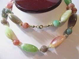 MID CENTURY PLASTIC SIMULATED AGATE BEGGAR BEADED NECKLACE VINTAGE COLOR... - $38.00