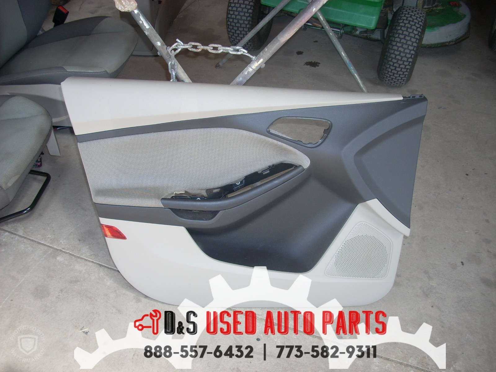 2012 FORD FOCUS LEFT FRONT GRAY AND BLACK DOOR TRIM PANEL #1820