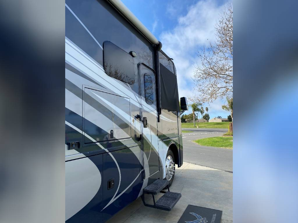 2017 THOR MOTOR COACH CHALLENGER 37LX FOR SALE IN Huntington Beach, CA 92605