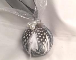 Black white pour pearls 2 thumb200