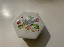 Nice Vintage 1983 Avon Hexagon Porcelain Holiday Greetings Hinged Trinket Box - $4.46