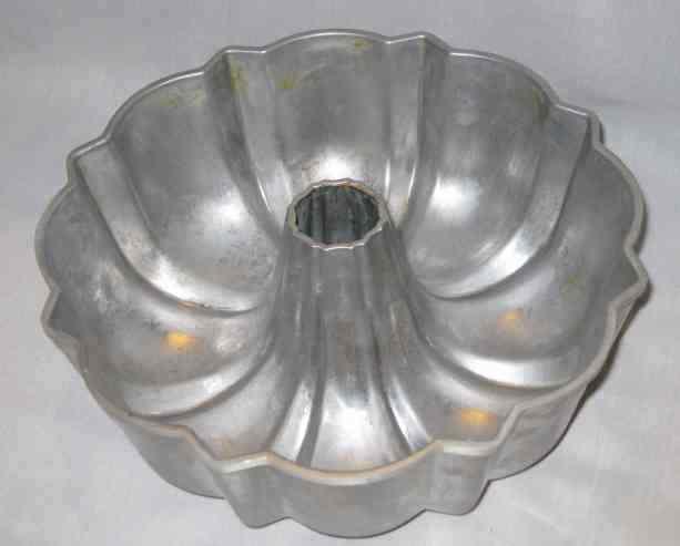 NEAT 12 Cup NORDIC WARE Cast Aluminum BUNDT Cake Pan