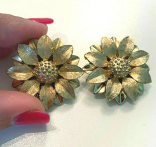 Vintage Gold Tone Sarah Coventry Signed Flower Clip On Earrings - $9.89