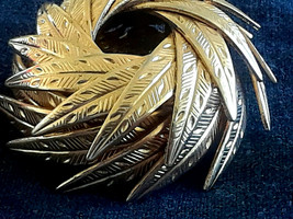 Vintage Very Unique SIgned Coro Wrapped Dimensional Leaves Gold Tone Pin Brooch image 2