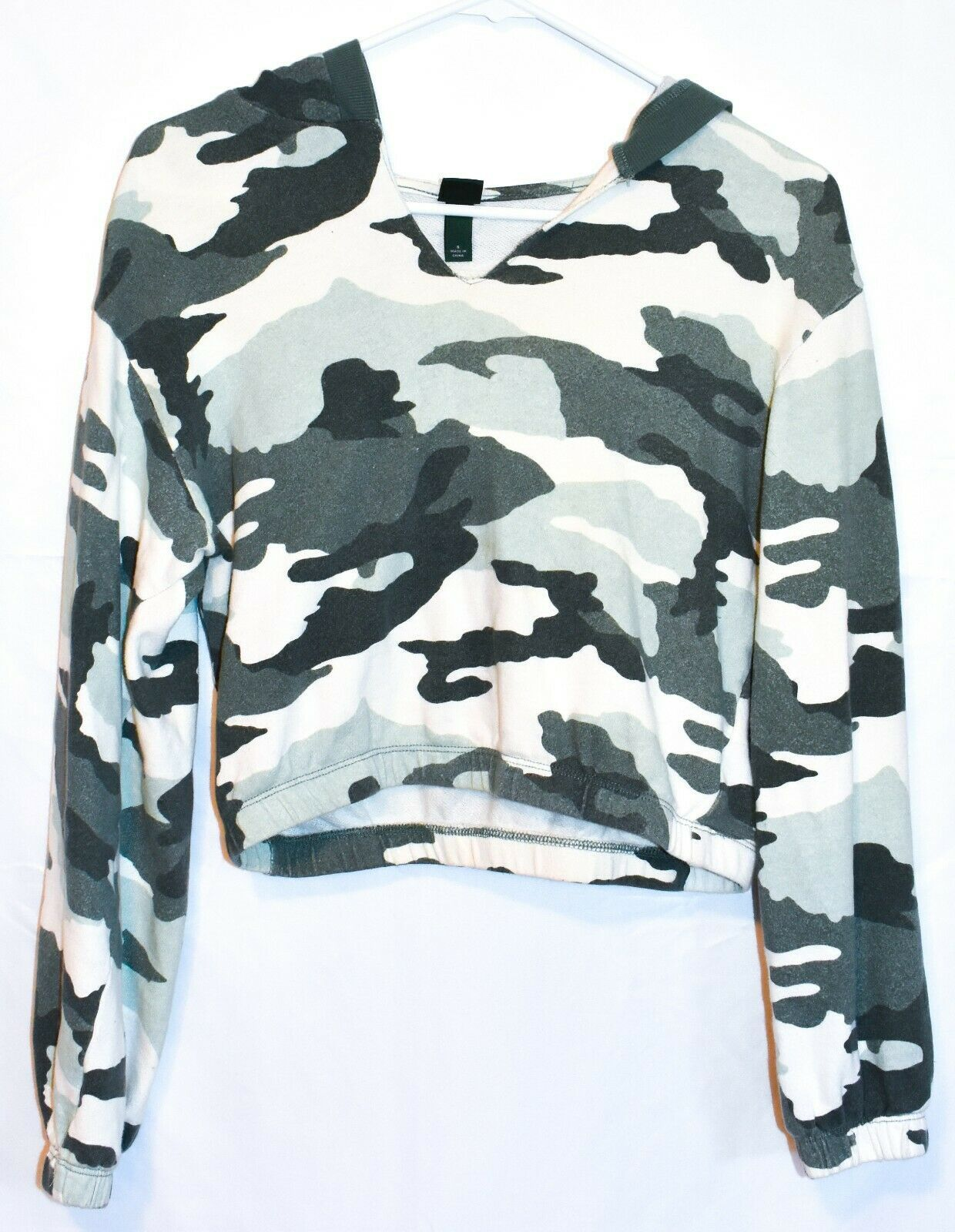 Wild Fable Women's Green & White Camo Print V-Neck Crop Hoodie Sweatshirt Size S