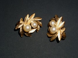 Avon Clip On Earrings Gold Pearl Costume Jewelry Vintage 1950's 1960's - $19.99