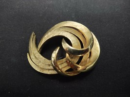 Vintage Mid Century Trifari Crown Gold Tone Metal Swirled Ribbon Brooch Pin - $28.49