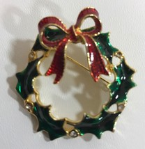 VINTAGE GOLD TONE RED GREEN RHINESTONE CHRISTMAS HOLIDAY WREATH BROOCH PIN - $7.87
