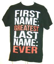 Gildan Hommes Taille M T-Shirt Noir Rouge Blanc Premier Nom Plus Grand D... - $9.38