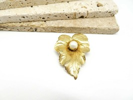 Vintage Sarah Coventry Chit-Chat Gold Tone Faux Pearl Leaf Brooch Pin JJ20 - $15.99