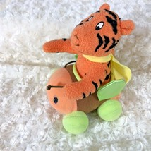 Fisher Price J8527 Winnie the Pooh Bumble Along Tigger in Car Shakes pul... - $10.30