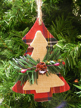 WOOD CHRISTMAS TREE w/PINE BRANCH & PINE CONE & HOLLY BERRIES CHRISTMAS ... - $5.88