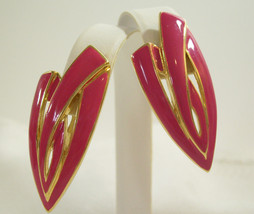Trifari Hot Pink Enamel Gold Plated Abstract Huggie Clip Earrings Vintage - $16.82