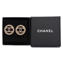 NEW AUTHENTIC CHANEL CC Gold ROUND PEARL Large Logo Stud Earrings RARE image 2