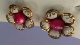 VINTAGE SCREW BACK EARRINGS FLOWER DESIGN  WITH PINK CENTER GOLD TONE AC... - $6.99