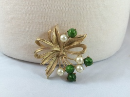 Vintage Sarah Coventry Gold Tone Brooch With Faux Pearls And Jade B0108  - $22.50