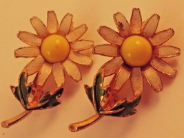 VINTAGE WHITE ENAMEL FLOWER POWER DAISY MATCHING SCATTER PINS ESTATE JEW... - $19.24