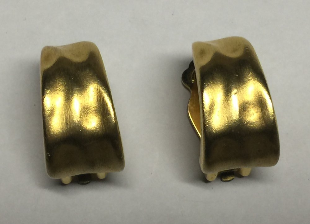 VTG 60s/70s Brushed Gold Tone Hammered Look Huggie Style Hoops Clip On Earrings image 9