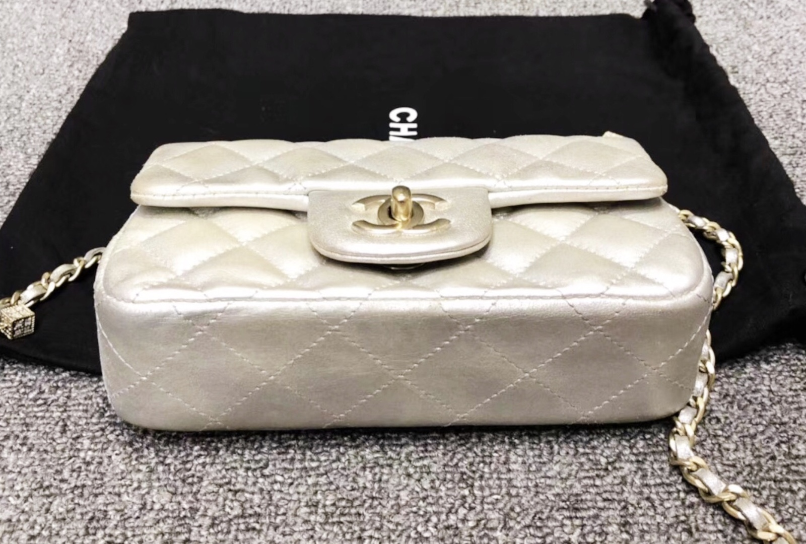 c59ba74b1ea9 AUTH CHANEL LIMITED EDITION CRYSTAL DICE GOLD IRIDESCENT CALFSKIN ...