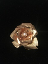Vintage 60s large Gold Flower with 1 center pearl brooch
