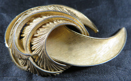 """Vintage Fashion Jewelry Lady Feather Crown Trifari Brooch Retro Gold Color 2""""1/2 - $25.00"""