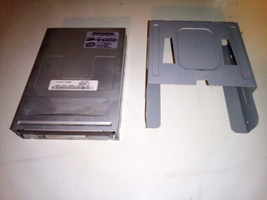 "Samsung SFD-321J 1.44MB 3.5"" Floppy Drive and Bezel for Dell Dimension 2400 - $4.99"