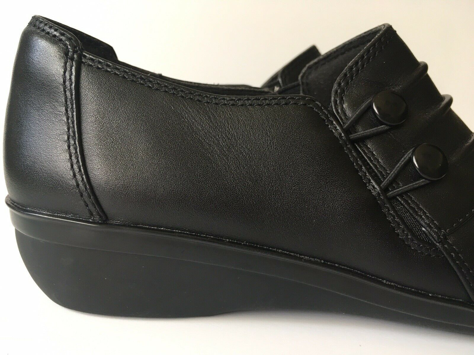 NEW Clarks Womens Soft Cushion Two Button Slip On Loafer Flat Shoes Size 6 Black