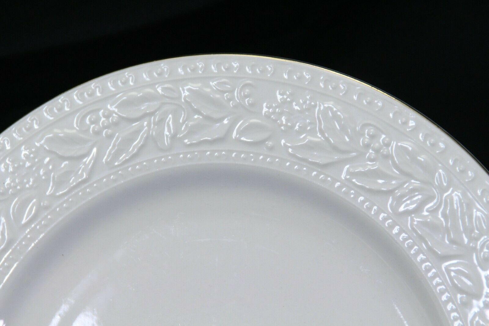 "Libbey White Embossed Holly Dinner Plates 10.75"" Xmas Gold Trim Lot of 8"