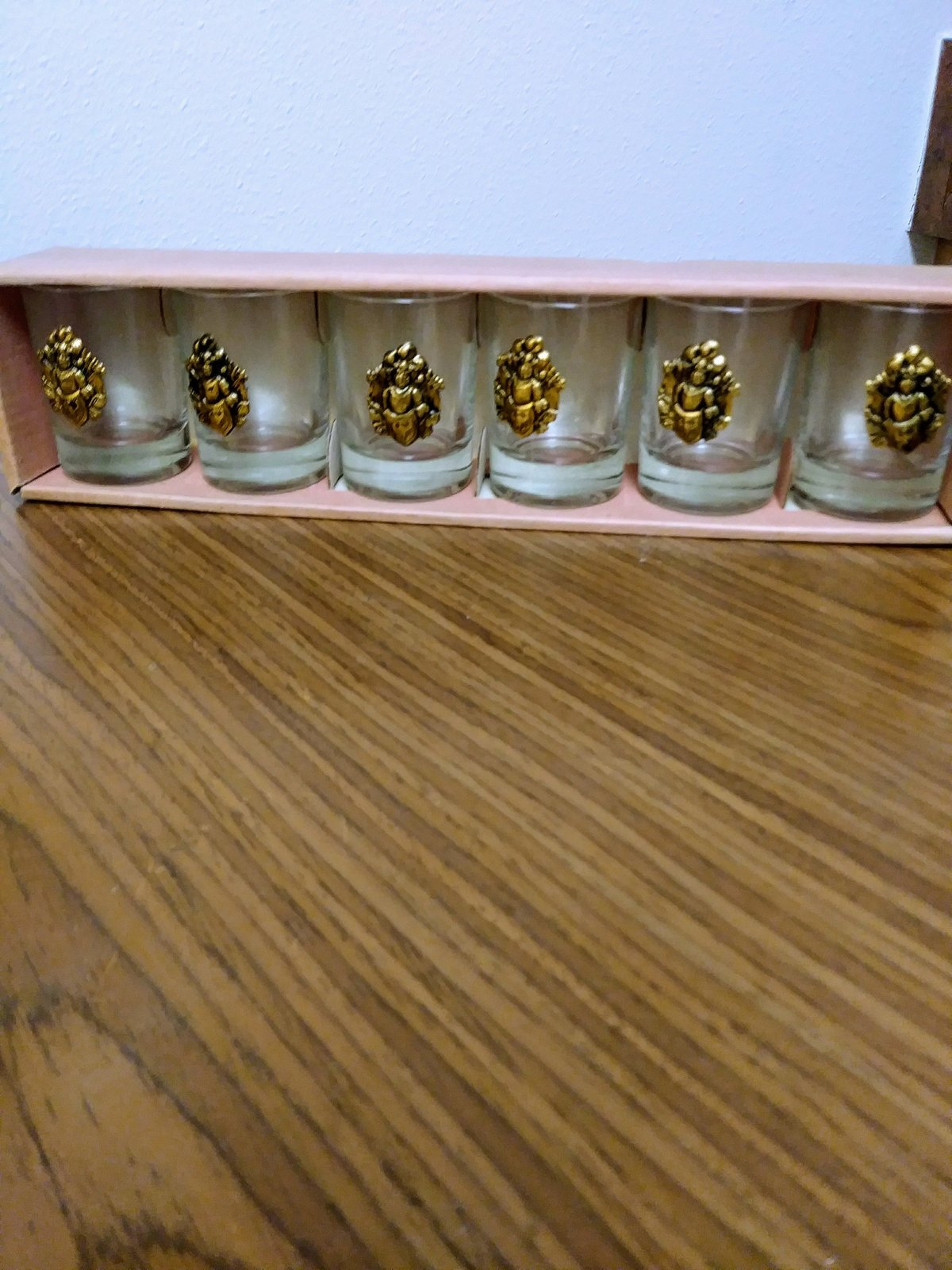 Vintage Raised Medallion Coat Of Arms Coin 6 Gold Shot Bar Glasses Collectible