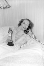 Joan Crawford Classic Shot in Bed Holding Oscar Academy Award Statue 18x24 Poste - $23.99