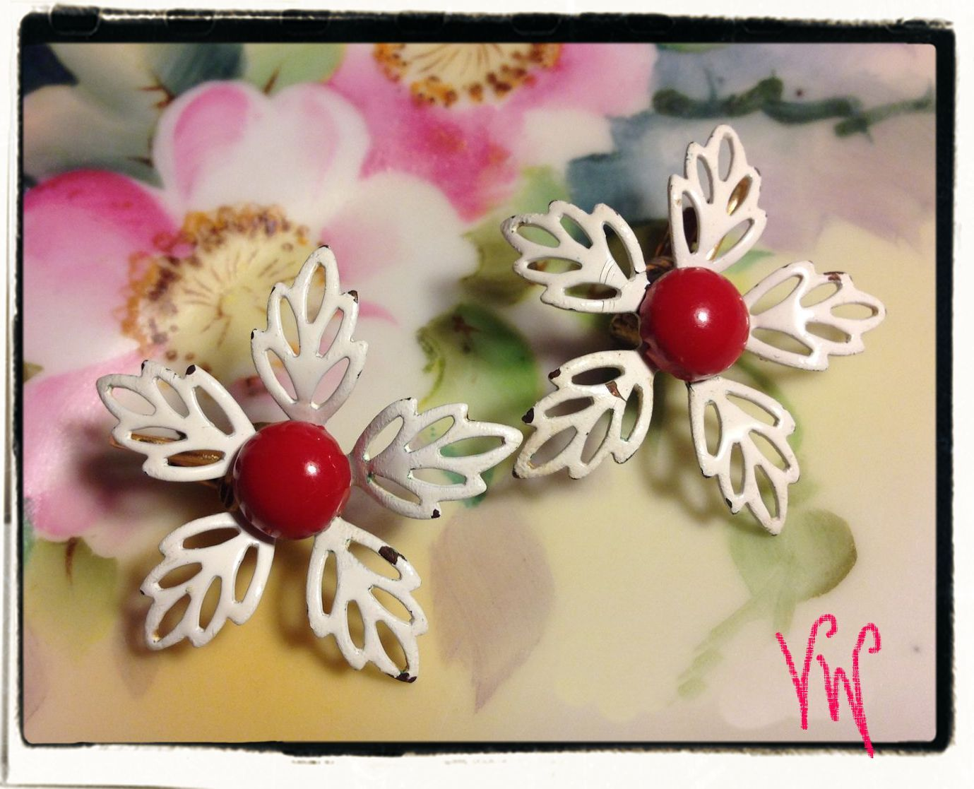 VTG 50s/60s White Filigree Petaled Enamel Flowers/Red Centers Clip On Earrings