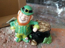 NIB Mwah! Westland Giftware Salt & Pepper Shaker Leprechaun Pot o' Gold Magnetic - $16.78