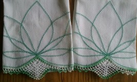 "2 NOS VINTAGE 27"" WHITE HOMESPUN LINEN TOWELS ~ GREEN HAND CROCHET EDGING - $11.87"