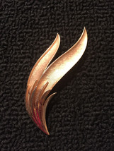 Vintage Gold Tone Signed Trifari Leaf Abstract Art Brooch Pin Jewelry - $4.64