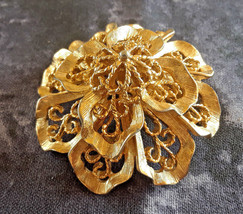 STUNNING VINTAGE ESTATE MONET DIMENSIONAL FILIGREE FLOWER GOLD TONE BROOCH - $10.00