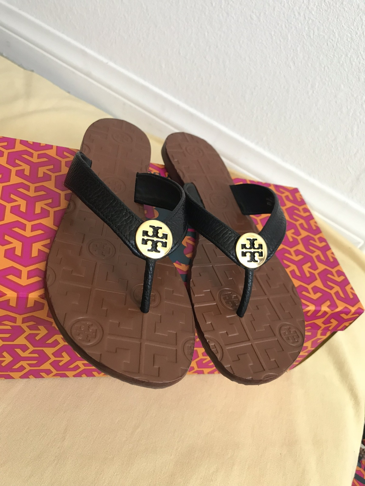 bf9303512 size 7M NIB TORY BURCH Black  Gold Thora Thong Leather Sandals