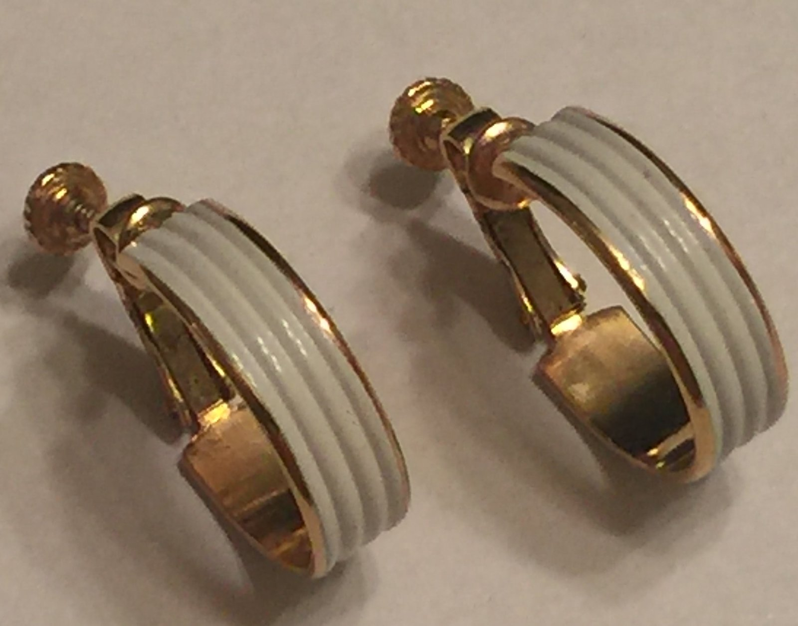 Primary image for VTG NAPIER White Enameled Screw Back Clip On Earrings~ Shiny Gold Tone Ridged