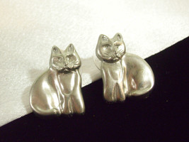 Pewter Gray KITTY CAT Pierced Earrings Sitting Signed Detailed Gato Vintage - $16.82