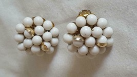 "1""VINTAGE SIGNED JAPAN WHITE CLUSTER ARTSY CLIP ON EARRINGS,GOLDTONE HAL... - $7.12"