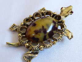 GERRY'S GOLD TONE ART GLASS STONE TURTLE PIN BROOCH - $18.30