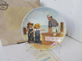 KNOWLES COLLECTOR PLATE FISH STORY 1ST FRIENDS I REMEMBER SERIES BOXED - $4.90