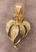 SARAH COVENTRY FLOWER FAUX PEARL GOLDTONE PIN JL 240 - $19.75