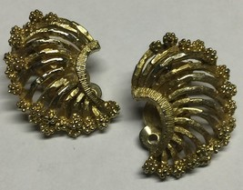 Vintage 1950s LISNER Gold Tone Filigree Crescent Shaped Clip On Earrings - $11.89
