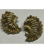 Vintage 1950s LISNER Gold Tone Filigree Crescent Shaped Clip On Earrings - $11.89