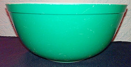 Vintage Primary Green Pyrex Bowl 403 2.5 Quart - $16.33