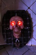 Gothic Halloween Greeter Door Wall Hanging Lighted Animated Skeleton Skull - $299,14 MXN