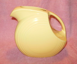 VINTAGE FIESTAWARE HOMER LAUGHLIN PALE YELLOW LARGE DISC PITCHER MINT - $42.99